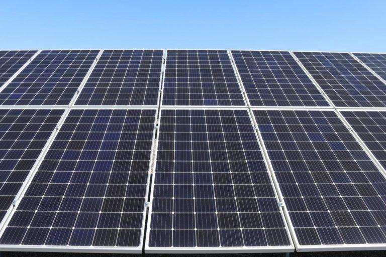 Pobieraj energię elektryczną za pomocą ekologicznych paneli słonecznych